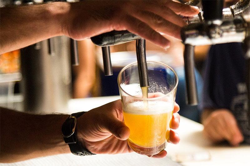 varios_seres_cerveza